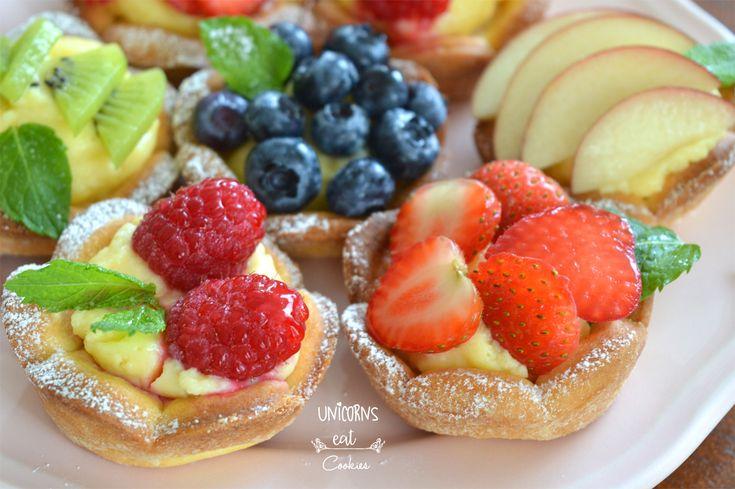 Cestini di pasta frolla con crema pasticcera e frutta fresca, cremosi ma al tempo freschi. Un vero arcobaleno di colori e prepararli è facilissimo!