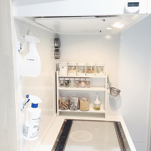 Instagram media by osayosan34 - #キッチン 2015.11.07 *  訊いて頂いたスプレーボトルの掛け方。 ずっと前からフォローしてくれてる方には見慣れた光景たくさん質問頂いたから再びpostさせて下さい◎ *  使っているのはダイソー産のマグネットクリップです。 電解水は掃除用。パストリーゼは除菌や消臭用に。 *  キッチン用の電解水にはレモンの精油を加えてます。 *  精油はいつも生活の木で購入。 アロマの先生からおススメされて以来そこですが、楽天でお手頃なお店を発見 試してみようかなぁ。。もうすぐお買い物マラソンですね *