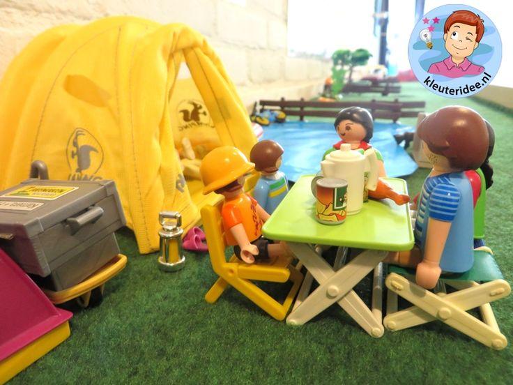 Thema kamperen met kleuters, Thematafel camping 2, kunstgras, tentjes en playmobilpoppetjes, kleuteridee