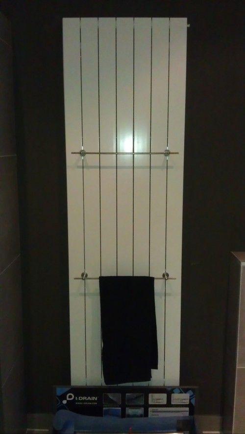Mooie designradiator, voor de badkamer of elders in huis. Zilveren handdoekdragers zijn los te bestellen.