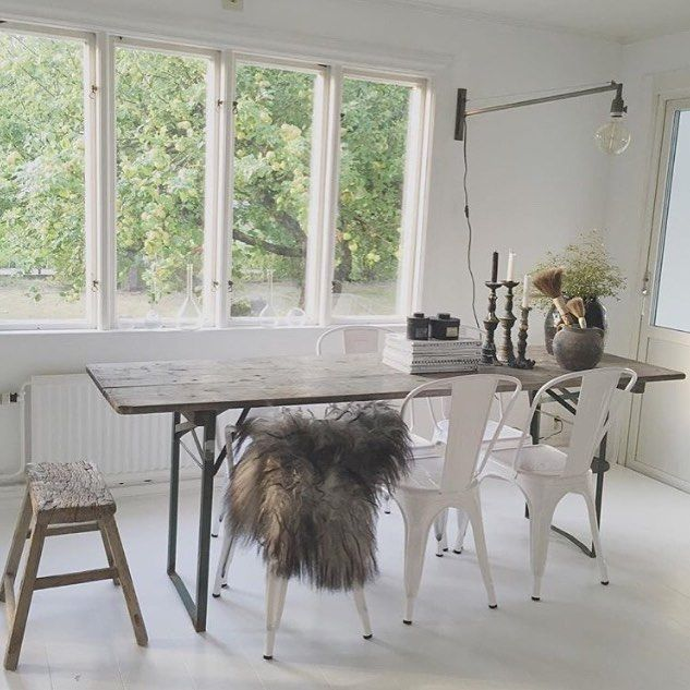 Nu säljer jag mina tolix-stolar➰  4 st Tolix-stolar i vit klarlack. Pris: 1500:-/st Nypris: 2030:- 2 st Tolix-karmstol vit klarlack. Pris: 1600:-/st Nypris: 2125:- 2 st Tolix-pall hög (70 cm hög) vit klarlack. Pris: 1600:-/st Nypris: 2180:- Alla stolarna är äkta och köpta på Rosencranz och Länna Möbler.  Det finns slitage på stolarna, och bland annat så har dom skavts på karmen pga ett bord. Fler bilder går att få via mail.  Dom är stapelbara.  #atelje18 #tolix #säljes