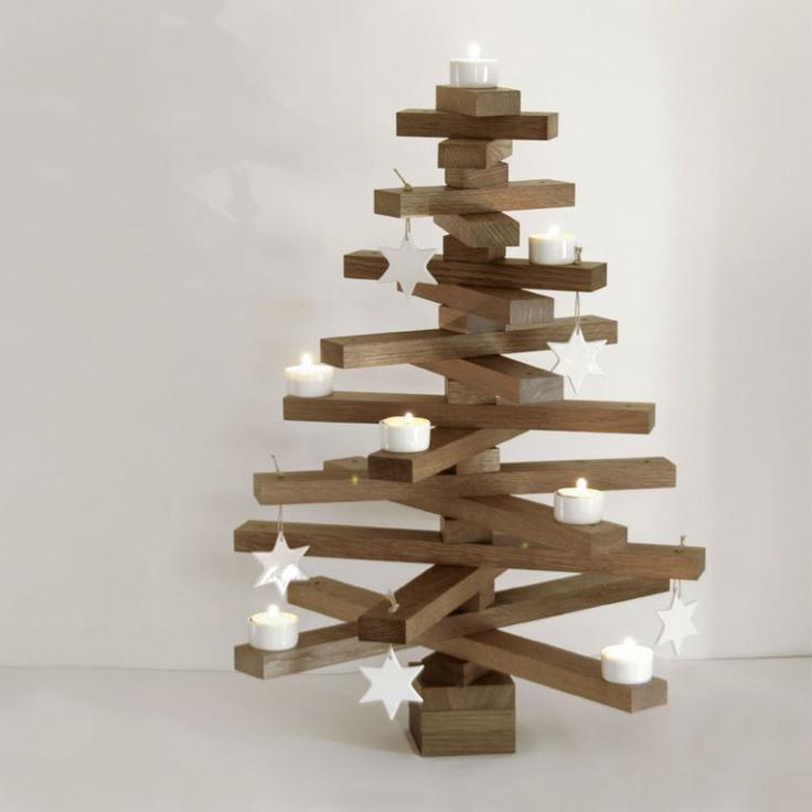 Juletre i røkt eik er en holdbar variant av juletreet, en god juleinvestering.  juletreet består av 18 grener, og i tillegg får du med 5 hvite porselensstjerner   og 7 telysholdere i porselen til treet.  Treet blir levert i en canvasbag til oppbevaring så det holder seg fint fra år til år.  treet er 60cm høyt