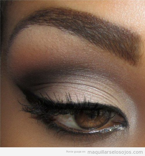 Maquillaje de ojos sexy para pieles oscuras, estilo ahumado