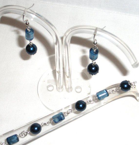 Bracciale e orecchini con perle in vetro cerate blu by Momentidoro, €55.00