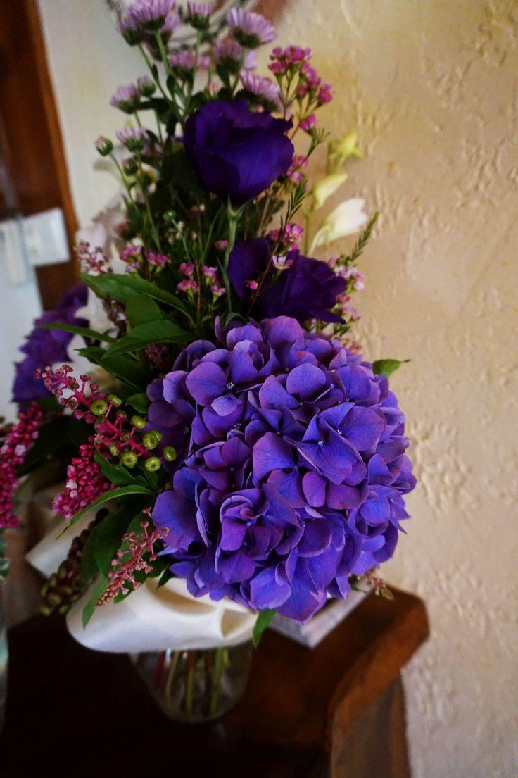 Szülőköszöntő csokor esküvőre lila hortenziával.