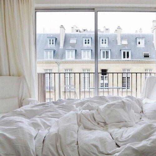 Ancora i tetti di ardesia, ancora Parigi e una veduta d'incanto che fa la bellezza di una stanza che non ha bisogno d'altro che d'un letto bianco con lenzuola sgualcite.
