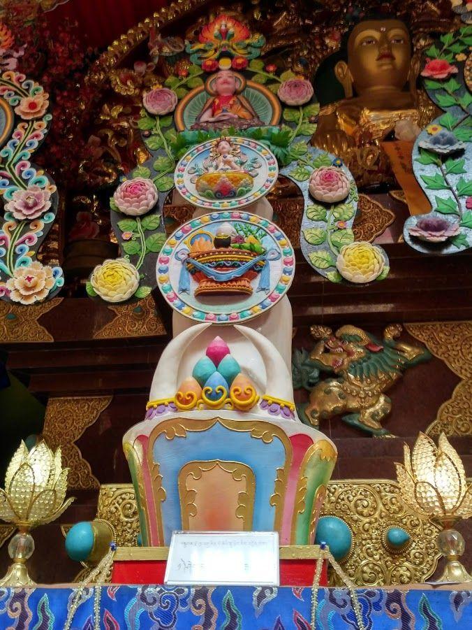 Ох, не загрустили тут без новостей от нас? Мы активно устраиваем экскурсии по Катманду и окрестностям. Ступы, храмы, музеи проносятся удивительным калейдоскопом. После холода и цветового однообразия региона Эвереста, у нас настоящий праздник! Вот посмотрите хотя бы на эти торма в монастыре Намо Боуда. Это же просто произведение искусства! Они будут стоять на алтаре весь год призванные накапливать неблагоприятную энергию. А на буддистский новый год их сожгут со всеми положенными почестями…