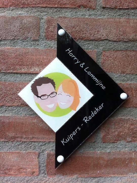 """Een nieuwe achternaam vraagt natuurlijk om een nieuw #naambordje bij de deur.   Vorig jaar mei zeiden Harry en Lammijne """"ja"""" tegen elkaar.  Niet lang daarna werd dit bordje op basis van de #cartoon op de #trouwkaarten aan de muur gehangen!"""