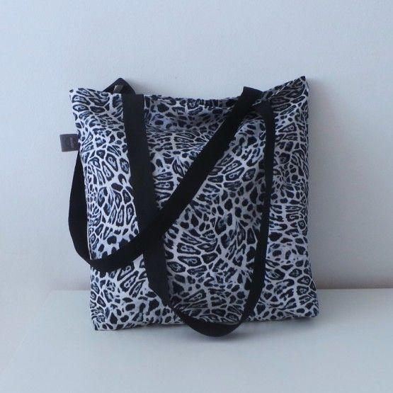 Ruime tas om lekker veel in te bewaren.Voor naar het strand, naar je werk of gewoon op stap!100% katoenBuiten- en binnenkant luipaardprintafmeting: 30*35