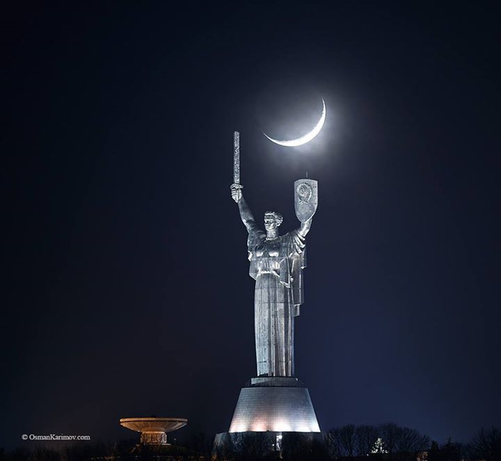 Mooning Over New Missoni: New Moon Over The Motherland Monument, Kyiv. 21.02.2015