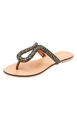 Nádherné sandále ozdobené korálikmi s remienkom medzi prstami.