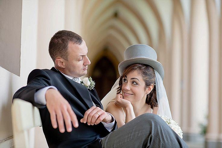Ritratto spontaneo sposa con cappello a cilindro | Candid portrait, bride with top hat #funny #candid #unconventional | @ Chiesa Maria Madre della Divina Grazia, Grottaferrata
