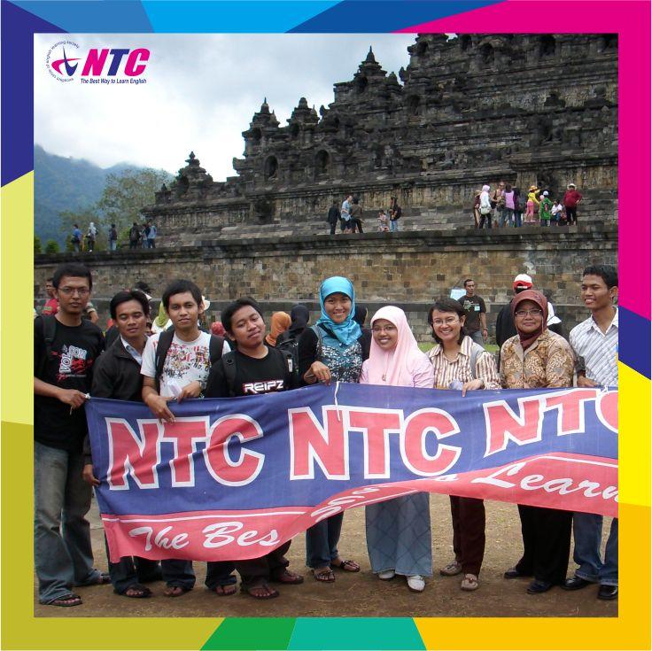 Kebersamaan siswa NTC English saat kegiatan Tourist Escorting di Borobudur.