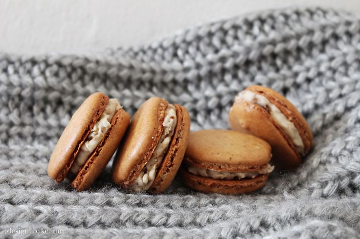 French Macarons with Browned Butter Burnt Sugar Buttercream Filling via design. bake. run.