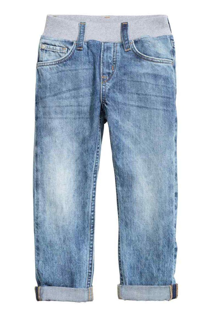 Slim Pull on Jeans: Джинсы на резинке из эластичного, стираного денима узкой посадки. На джинсах боковые карманы, кармашек для монет и задние карманы. Широкая трикотажная резинка на талии и ложная застежка спереди.