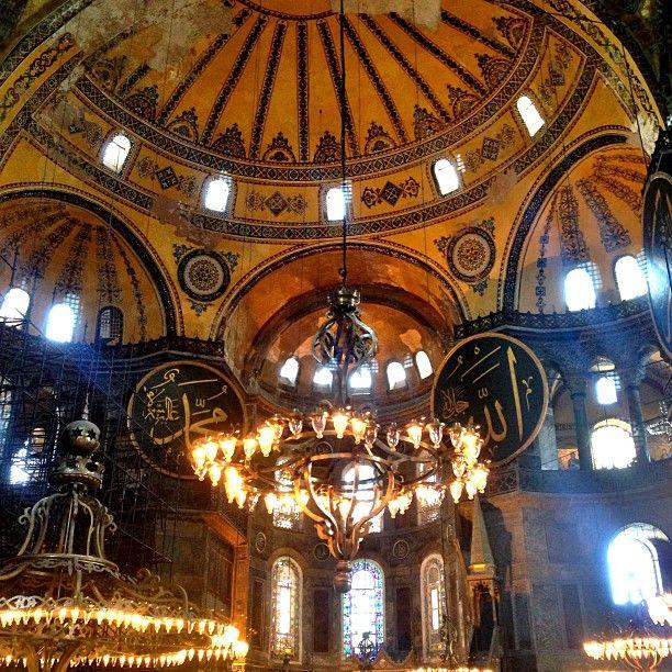 İstanbul'da tarihî bir müze. Bizans İmparatoru I. Jüstinyen tarafından MS 532 - 537 yılları arasında İstanbul'un tarihi yarımadasındaki eski şehir merkezine inşa ettirilmiş bazilika planlı bir patrik katedrali olup, 1453 yılında İstanbul'un Türkler tarafından alınmasından sonra, Fatih Sultan Mehmet tarafından camiye dönüştürülmüştür.