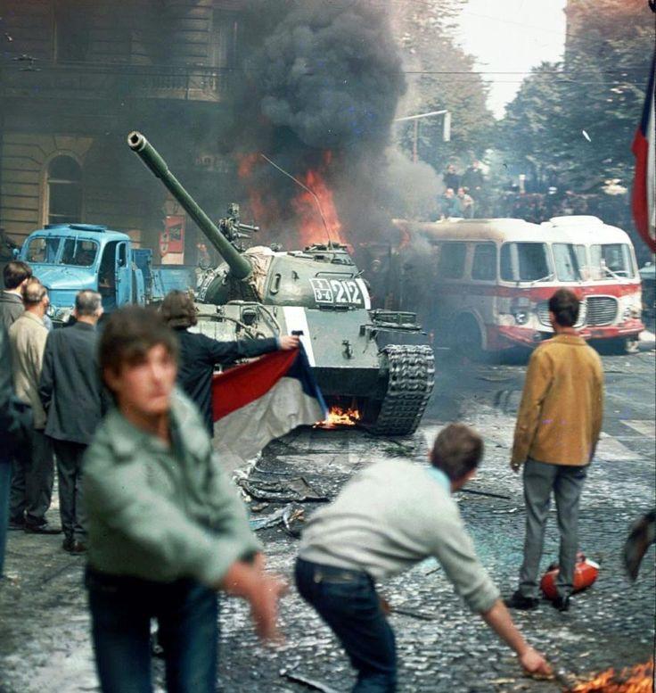 Inwazja na Czechosłowację: Studenci próbują powstrzymać wojska Układu Warszawskiego