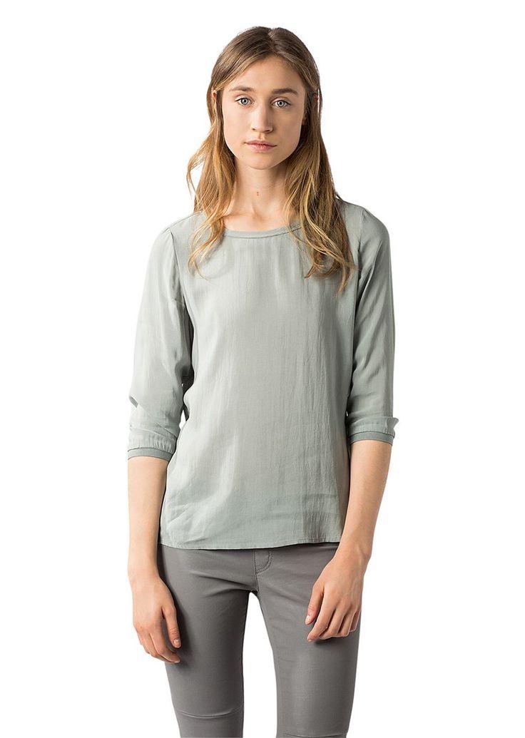 Eine cleane vielseitige Bluse im Shirt Stil mit legerer Passform. Die fließend fallende Schlupfbluse ist aus einer hauchzarten Viskose-Modal Qualität gefertigt und weist einen subtilen Oberflächenglanz auf. Aus 62% Viskose und 38% Modal....