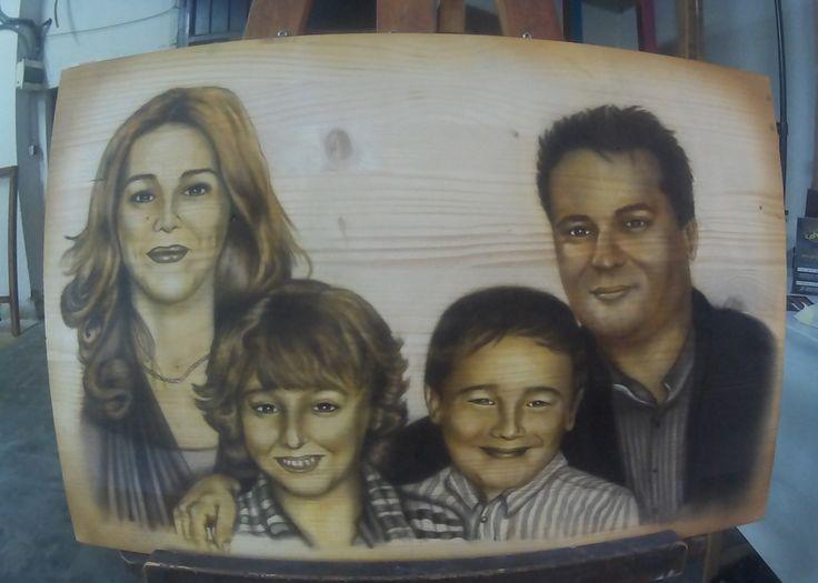 Retrato familiar aerografía sobre madera. Trabajo encargado para un regalo de aniversario con la un retrato aerografiado de toda la familia.