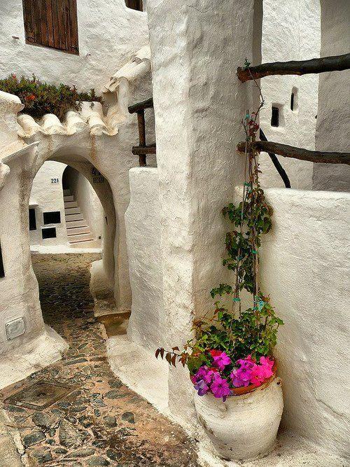 Binibeca, Menorca. Spain: Es un pequeño pueblo de pescadores situado unos 8 kilómetros al sur de Mahón, en el término municipal de San Luis.