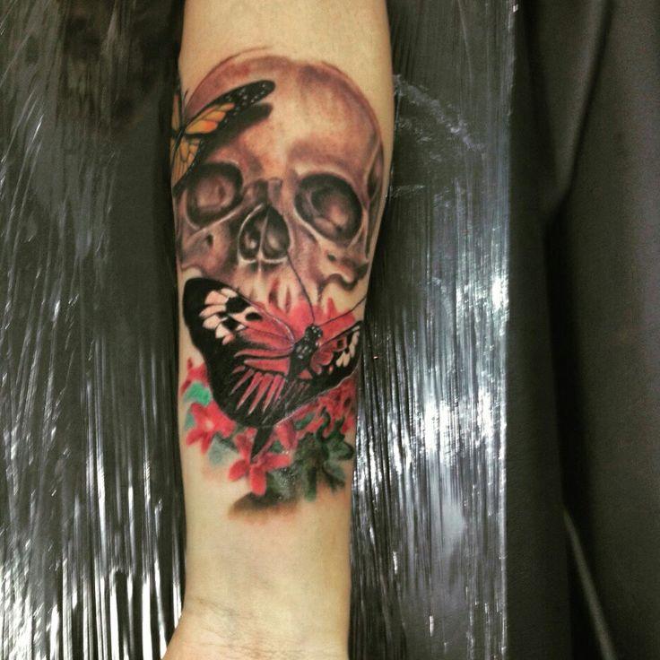 Tattoo feminina  Artista: nilton medis  Instagram: nilton medis  Skull and butterfly tattoo  Caveira feminina