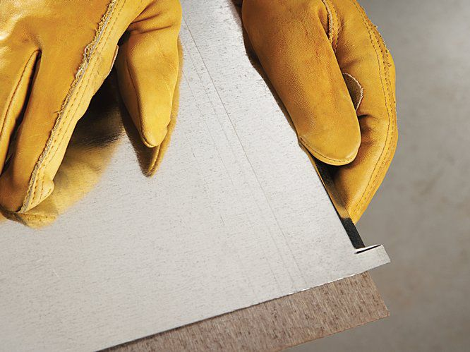 PASO 4) Use el borde de su mesa como guía. Pliegue 3 de las paredes de 1 cm del forro del solario.