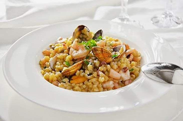 La fregola ai frutti di mare è un primo piatto di pesce a base di gamberi, calamari, cozze e vongole. La fregola è un tipo di pasta prodotto in Sardegna.