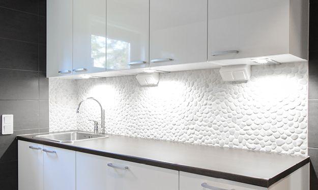 Pesuhuone ja saunan lattia, erillinen kylpyhuone, erillinen wc ja kodinhoitohuone, yht. n. 25 m². Kaunis jokikivi toimii vaikuttavana tehosteena tiloissa.