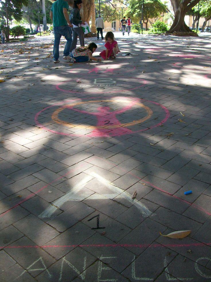 Il Gioco dell'Alfabeto | un grande gioco dell'oca nella villa comunale della città.