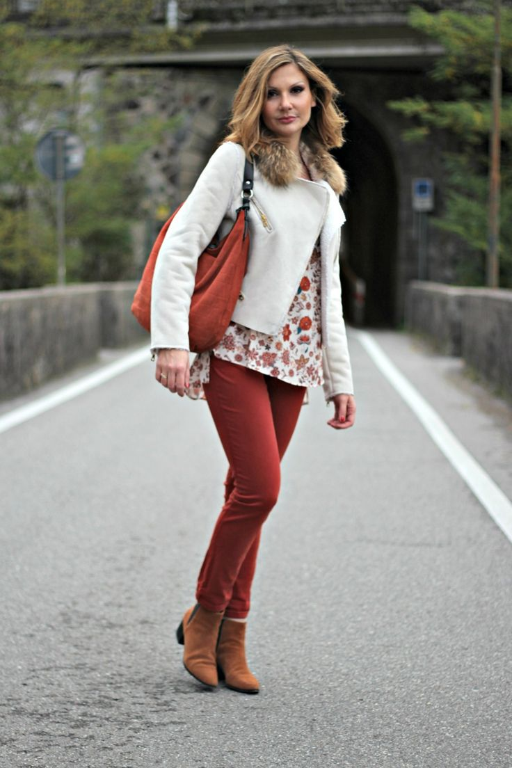 Wearing the colors of Fall leaves while Fall is giving way to cold winter. Un outfit nei colori delle foglie d'Autunno. Fashion blogger outfit idea. Fall leaves outfit - Wearing the colors of Fall leaves (Outfit Idea) Wearing the colors…