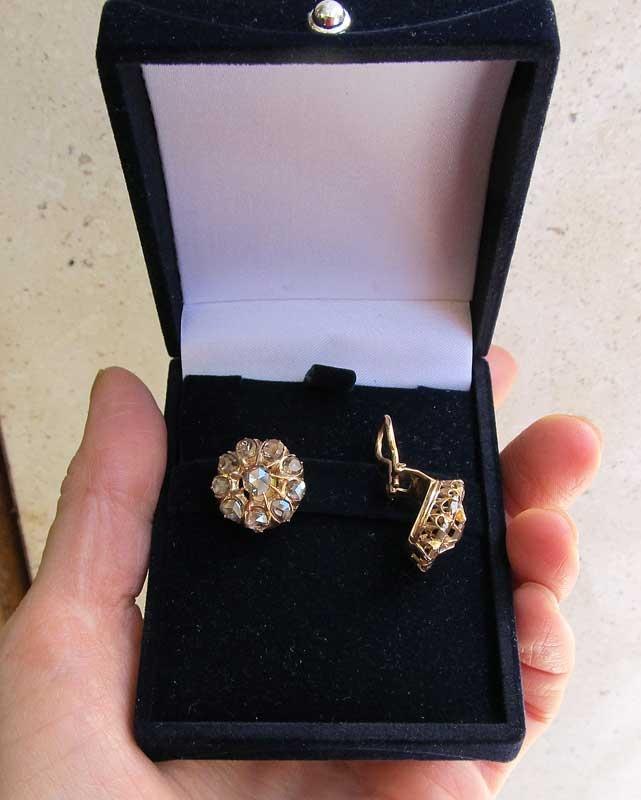 Orecchini del mio amico gioielliere Alessio Marini  Orecchini con clips in oro e diamanti.