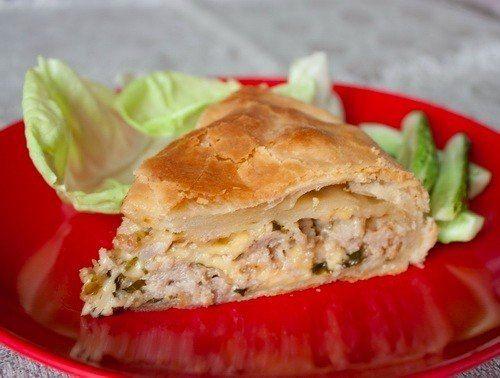 Пирог из слоеного теста с мясом и сыром