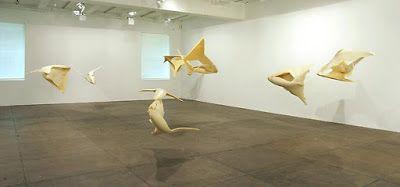 Spumes, vue d'ensemble, 2002-2003, mousse de polyuréthane expansé, vue de l'installation, New York, Marian Goodman Gallery. - Spume 5, 2003, mousse de polyuréthane, 73,66x154,94x109,22 cm, New York, Marian Goodman Gallery. L'artiste a fait couler et a dirigé, dans des récipients en latex souple, des coulées de mousse isolante et durcissante ; ces coulées se sont figées dans des formes dues à leur parcours temporel, évoquant des ossements. Les formes ont été suspendues pour flotter et tourner…
