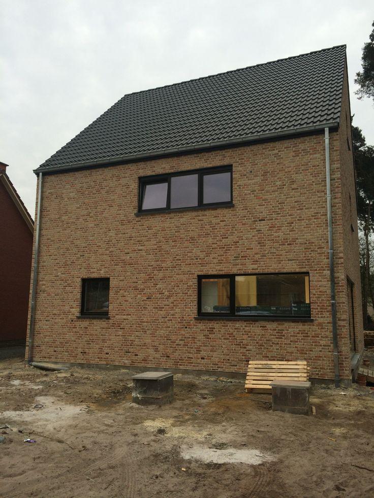 Een moderne eigentijdse woning met een recupsteen in wildverband gemetseld en zwarte ramen - Zeer moderne woning ...