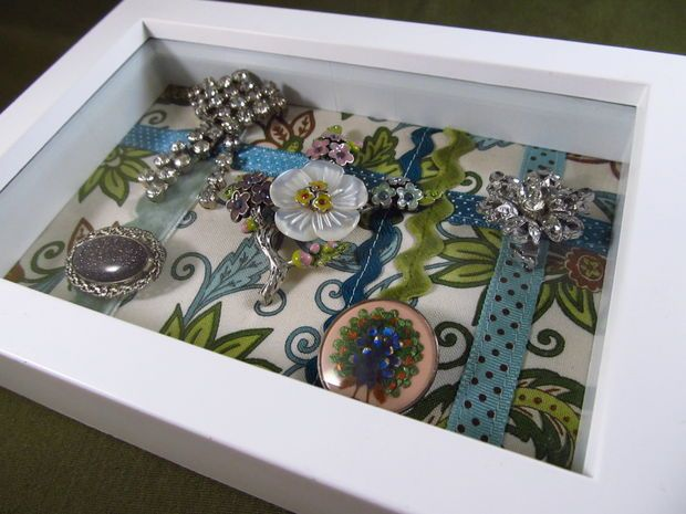 Display for brooches. Free tutorial.