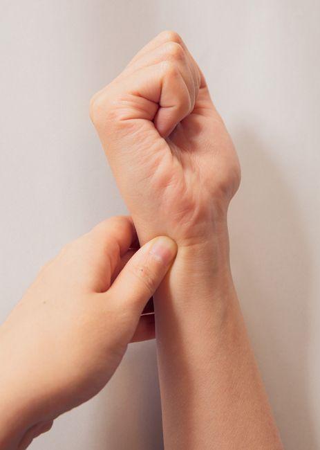 (3)肩コリを何とかしたい<後谿 こうけい>  後谿は、小指のつけ根にあるツボ。探し方は、握りこぶしを作り、その小指のつけ根部分にできるしわの端を刺激する。肩まわりの痛みを緩和する働きがあり、肩コリへの効果はバツグン!