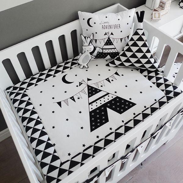 Zwart wit boxkleed met tipi print. designed by: Hip Huisje. Www.hiphuisje.nl