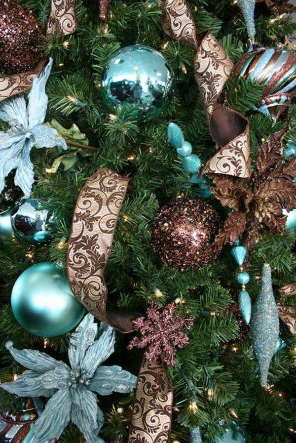 brown and teal christmas trees | Braune Schleifen und glanzvolle, blaue Weihnachtskugel