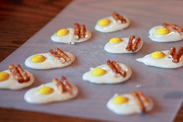 white chocolate+m&m;+pretzel sticks=bacon and egg treats:)