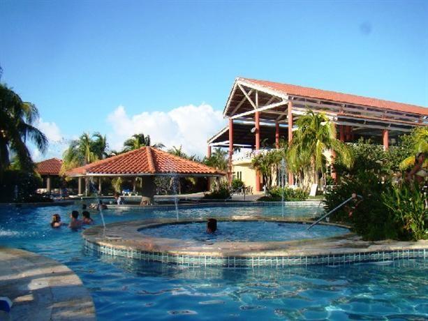 Vieques Puerto Rico.  In topul primelor  10 insule. Insula Vieques situata la şapte mile est de Puerto Rico. La nord de Vieques este Oceanul Atlantic la sud Marea Caraibelor. Insula Culebra este de aproximativ 10 mile  la nord de Vieques, şi Insulele Virgine SUA se află la est.   Din Puerto Rico ajungi pe insula  cu feribotul ori cu un avion mic.
