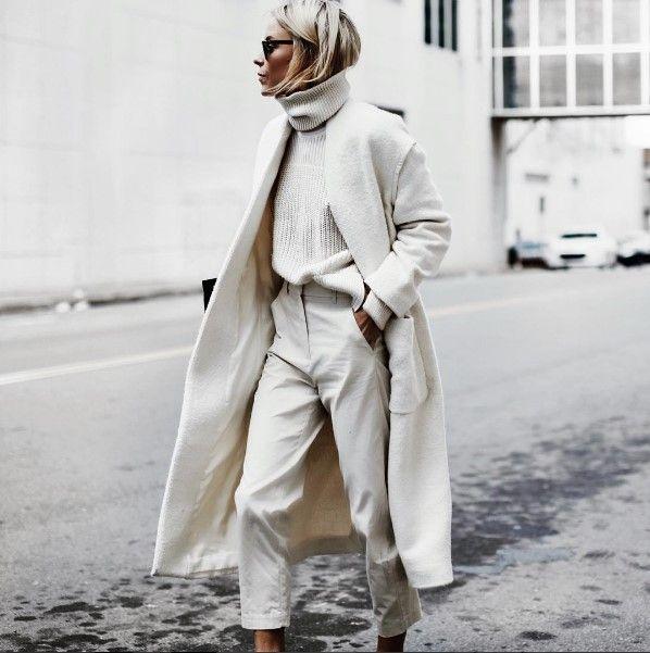 Moda na minimalizm świetnie przyjęła się we współczesnych czasach. Nawet styliści, projektanci czy dziennikarze pracujący w branży fashion uświadomili sobie, że solidne i klasyczne ubranie to inwestycja w styl oraz dobre samopoczucie. Dlatego moda na minimalizm popularyzowała się dalej. Wiele kobiet, nie zajmujących się modą na co dzień, także doceniło niewątpliwe zalety minimalizmu. Prostota w tworzeniu eleganckich stylizacji, ponadczasowość krojów,…