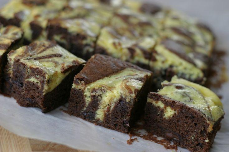 Her kommer en skikkelig lekkerbisken for deg som elsker både sjokolade, brownies og ostekake.. Hvorfor nøye seg med en av delene når man kan få tre!? Du trenger: 100 g smør 100 g mørk sjokolade, min. 70% kakaoinnhold 125 g sukker 3 egg 75 g hvetemel 1/2 ts bakepulver 1 ss kakaopulver (bakekakao) 100 g …