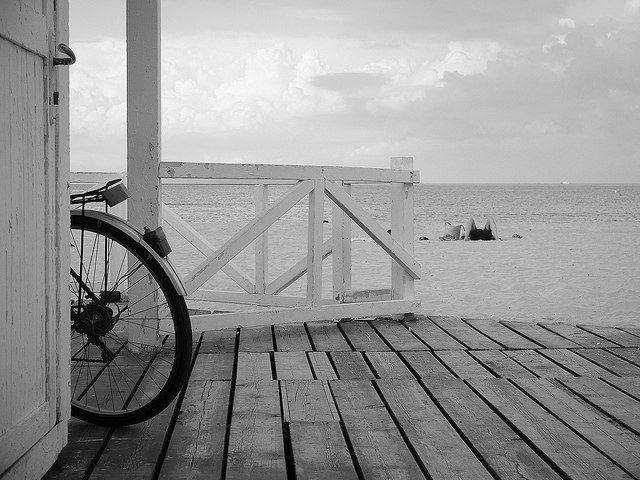 Il silenzio dei pensieri cammina in biciletta e si ferma nella solitudine di una spiaggia