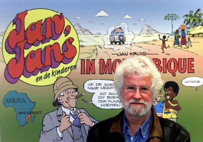 Jan Kruis met op de achtergrond zijn stripalbum Jan, Jans en de kinderen in Mozambique, in 2001.