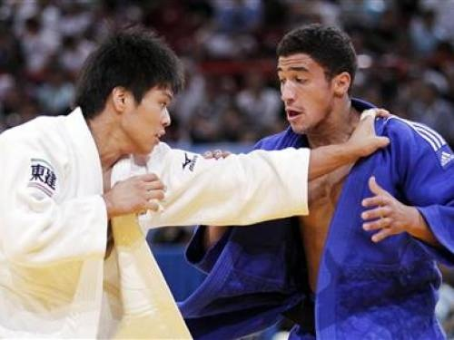 Hirofumi Yamamoto of Japan (L) competes with Ashley Mckenzie of Britain during their under 60kg men's elimination match at the World Judo Championships in Paris August 23, 2011. REUTERS/Yves Herman