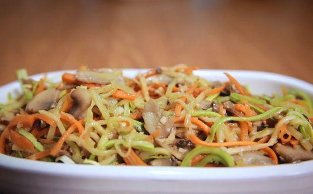 Macarrão de abobrinha e cenoura com cogumelo - cortado em tirinhas e cozidos, os legumes reproduzem o espaguete
