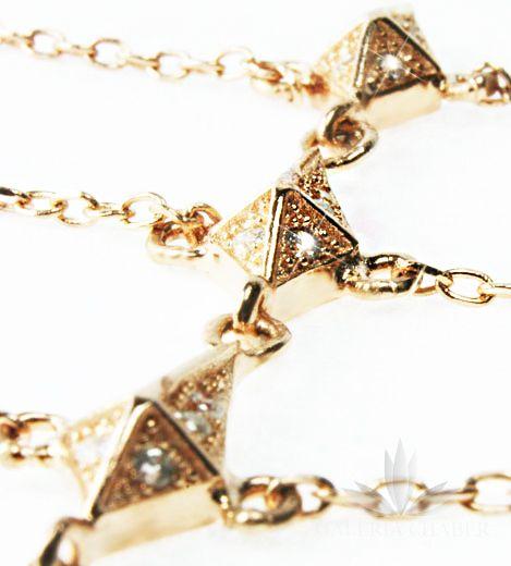 Nowość, orientalna bransoletka zapinana na nadgarstku z miejscem na palec. Wykonana ze srebra próby 925, w kolorze rose gold - miedziany odcień złota, rodowana, wysadzana cyrkoniami o szlifie brylantowym. Długość bransoletki to około 14-17 cm - regulacja. Długość samego wzoru ozdobnego to około 3,5 cm.