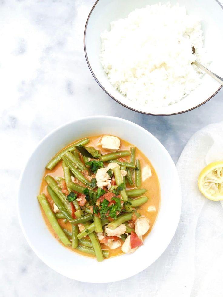 Kip curry maken met kokosmelk en boontjes. Serveer met (kleverige) rijst. Een snel & makkelijk recept wanneer je weinig tijd hebt. De kip curry & currypasta