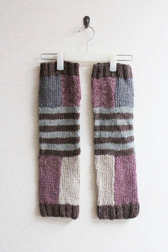 冬の足元のおしゃれと冷え対策にピッタリなレッグウォーマーです。左右比対称のカラフルで楽しいパズル柄。細身のパンツや、タイツの上から重ねれば、寒い冬でも足元暖かです。ざっくりとした風合いのある質感と素朴な色合いはヘンプならでは。履き込むごとに、クタッと柔らかく馴染んでゆきます。こちらの製品は、ネパールの田舎の山村に暮らす女性たちに手編みのお仕事をお願いして、一枚ずつ丁寧に時間をかけて編み上げてもらいました。ゆっくりと流れるネパールのやさしい時間を感じられるような温もりあふれる一枚です。※ヘンプウール素材を使用しているため、素肌で着用すると、多少チクチクします。タイツや、細身のパンツの上から重ねて履くのをおすすめします。※モデル着用カラーはお色違いのblue×mustardです。素材:ヘンプ50% ウール50%サイズ:14cm×52cm※1枚1枚手編みで作られている為、多少サイズのばらつきがございます。※お洗濯はぬるま湯か水で優しく手洗いし、軽く水気を絞った後、平置き、もしくは物干竿にかけて陰干しして下さい。乾燥機の使用、漂白剤の使用はお避け下さい。