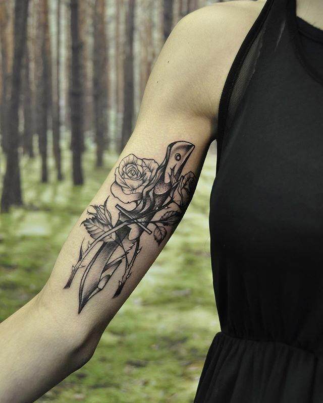Here's a detail of the dagger and roses tattoo.